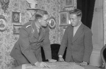 Bundesarchiv_B_145_Bild-P049604,_Schloss_Harnekop,_SA-Führerschule,_Schulführer-beitrag